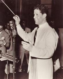 rudy-vallee-conducts