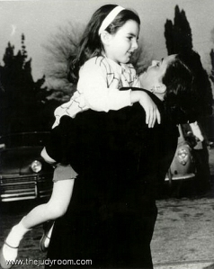 Judy Garland and Liza Minnelli-hug-1952 (1)
