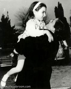 Judy Garland and Liza Minnelli-hug-1952 (1)