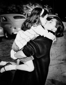 Judy Garland and Liza Minnelli, hug-1952 (2)