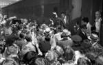 Frank Sinatra-11 August 1943-Pasadena train station fans at arrival-1