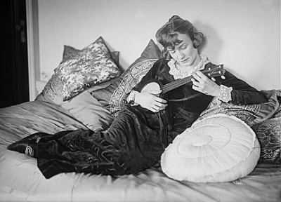 marion-harris-reclining-banjo