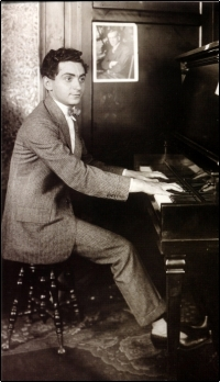 Irving Berlin_c.1913 at piano_1_tCf10