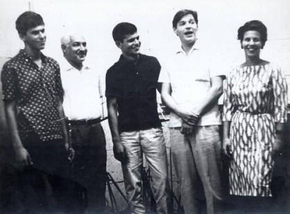 Antonio Carlos Jobim e Dorival Caymmi com os filhos Danilo, Dori e Nana, no estúdio da Elenco, 1964-1-f40-t25