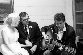 gil-turner-and-wife-at-1962-wedding-serenaded-by-bob-dylan